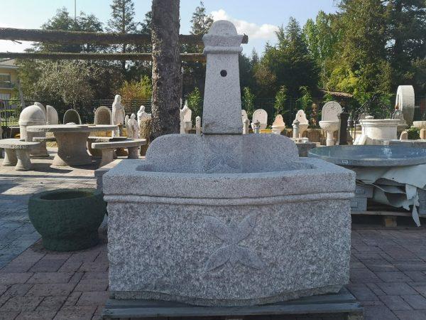 fontana in granito con vasca